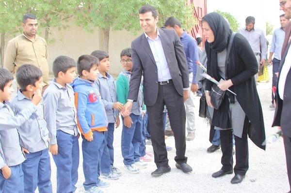سفیر صلح یونیسف از مدارس روستایی عسلویه بازدید کرد